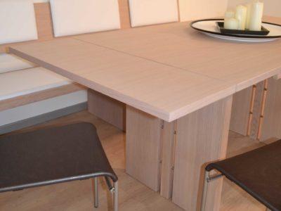 particolare tavolo allungato